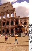 Купить «Туристы фотографируют памятник гранату в Риме», фото № 26952542, снято 15 сентября 2017 г. (c) Агата Терентьева / Фотобанк Лори
