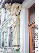 Купить «Фигура атланта при входе в главный дом городской усадьбы В. Е. Морозова, Подсосенский переулок, 21», фото № 26954286, снято 24 июля 2017 г. (c) Алёшина Оксана / Фотобанк Лори