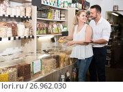 Купить «Couple taking with scoop cereals in organic shop», фото № 26962030, снято 24 января 2020 г. (c) Яков Филимонов / Фотобанк Лори