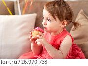 Купить «happy baby girl eating cupcake on birthday party», фото № 26970738, снято 3 апреля 2017 г. (c) Syda Productions / Фотобанк Лори