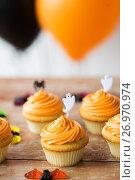 Купить «cupcakes with halloween decoration on table», фото № 26970974, снято 6 июля 2017 г. (c) Syda Productions / Фотобанк Лори