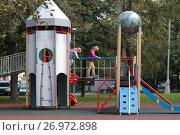 Купить «Москва, детская площадка в виде космической ракеты во дворе дома на Ленинском проспекте», эксклюзивное фото № 26972898, снято 16 сентября 2017 г. (c) Дмитрий Неумоин / Фотобанк Лори