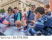 Москвичи и гости столицы на Тверской улице во время праздника Дня города, эксклюзивное фото № 26974066, снято 10 сентября 2017 г. (c) Виктор Тараканов / Фотобанк Лори