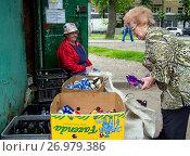 Купить «Пожилая женщина сдает вторсырье в пункте приема, город Воронеж», фото № 26979386, снято 14 июня 2017 г. (c) Вячеслав Палес / Фотобанк Лори