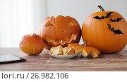 Купить «halloween jack-o-lantern, pumpkins with tablet pc», видеоролик № 26982106, снято 20 сентября 2017 г. (c) Syda Productions / Фотобанк Лори