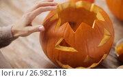 Купить «close up of woman carving halloween pumpkin», видеоролик № 26982118, снято 20 сентября 2017 г. (c) Syda Productions / Фотобанк Лори