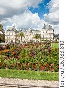 Купить «Вид на Люксембургский дворец (Palais du Luxembourg) из Люксембургского сада (Jardin du Luxembourg) солнечным днем. Париж. Франция», фото № 26983810, снято 15 сентября 2017 г. (c) E. O. / Фотобанк Лори