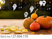 Купить «pumpkins with autumn leaves and halloween garland», фото № 27004170, снято 19 октября 2015 г. (c) Syda Productions / Фотобанк Лори