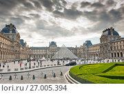 Купить «Осенний день. Пасмурное небо. Лувр. Париж. Франция», фото № 27005394, снято 16 сентября 2017 г. (c) E. O. / Фотобанк Лори