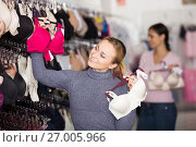 Купить «Happy woman shopping lace uplifts», фото № 27005966, снято 24 октября 2018 г. (c) Яков Филимонов / Фотобанк Лори