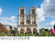 Вид на собор Парижской Богоматери (Нотр-Дам-де-Пари; Notre Dame de Paris) в солнечный день. Париж. Франция (2017 год). Редакционное фото, фотограф E. O. / Фотобанк Лори