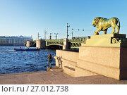 Купить «Санкт-Петербург. Бронзовая скульптура льва у Дворцовой пристани Адмиралтейской набережной (1832). Вид на Дворцовый мост и Неву в солнечный день», фото № 27012738, снято 17 сентября 2017 г. (c) Виктория Катьянова / Фотобанк Лори