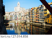 Купить «houses and church on river bank of Onyar from Eiffel bridge in Gerona», фото № 27014858, снято 15 декабря 2018 г. (c) Яков Филимонов / Фотобанк Лори