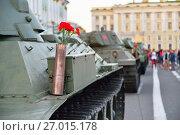 Купить «Красные гвоздики в пушечной гильзе на тяжелом советском танке КВ-1 на фоне Дворцовой площади», фото № 27015178, снято 8 августа 2017 г. (c) Максим Мицун / Фотобанк Лори
