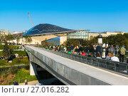 Купить «Moscow, Russia - September 23. 2017. Tourists walk in new park Zaryadye.», фото № 27016282, снято 23 сентября 2017 г. (c) Володина Ольга / Фотобанк Лори