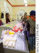 """Купить «В магазине """"Костромская сырная биржа"""" в Костроме представлена продукция различных сырзаводов Костромской области», фото № 27016454, снято 7 мая 2017 г. (c) Юлия Бабкина / Фотобанк Лори"""