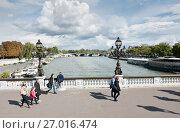 Купить «Прохожие на мосту Александра III (фр. Pont Alexandre III) в солнечный день ранней осенью. Париж. Франция», фото № 27016474, снято 16 сентября 2017 г. (c) E. O. / Фотобанк Лори