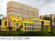 Купить «Детский сад в новом жилом микрорайоне», фото № 27027306, снято 27 мая 2019 г. (c) Светлана Кузнецова / Фотобанк Лори