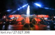 """Купить «Праздник фонтанов """"Хождение за три моря"""". Вид на фонтан """"Самсон"""" и Большой дворец. Петергоф», эксклюзивный видеоролик № 27027398, снято 15 сентября 2017 г. (c) Литвяк Игорь / Фотобанк Лори"""