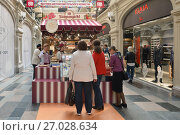 "Купить «Vivid fair of farm products ""Taste Russian"" was opened in GUM (State Department Store). Visitors buy dairy products and cheeses», фото № 27028634, снято 23 сентября 2017 г. (c) Валерия Попова / Фотобанк Лори"