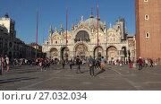 Купить «Собор святого Марка (Basilica di San Marco) солнечным днем. Венеция, Италия», видеоролик № 27032034, снято 25 сентября 2017 г. (c) Виктор Карасев / Фотобанк Лори