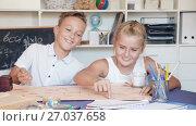 Купить «Boy with sister are playing in game at home.», видеоролик № 27037658, снято 11 августа 2017 г. (c) Яков Филимонов / Фотобанк Лори