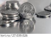 Купить «Монета в двадцать пять центов лежит на столе», фото № 27039026, снято 3 октября 2017 г. (c) Николай Винокуров / Фотобанк Лори