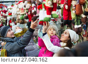 Family purchasing Christmas decoration and souvenirs. Стоковое фото, фотограф Яков Филимонов / Фотобанк Лори