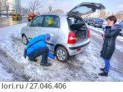 Купить «Мужчина меняет дырявое колесо на личном автомобиле», фото № 27046406, снято 16 января 2017 г. (c) Parmenov Pavel / Фотобанк Лори