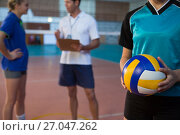 Купить «Volleyball player holding ball in court», фото № 27047262, снято 17 мая 2017 г. (c) Wavebreak Media / Фотобанк Лори