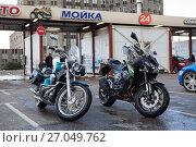Купить «Чистые мотоциклы на фоне мойки самообслуживания», фото № 27049762, снято 16 сентября 2017 г. (c) Кекяляйнен Андрей / Фотобанк Лори