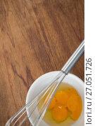 Overhead view of egg yolks in bowl with wire whisk. Стоковое фото, агентство Wavebreak Media / Фотобанк Лори