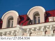 Купить «Рабочий сбрасывает снег с крыши здания на Арбате в Москве», эксклюзивное фото № 27054934, снято 16 декабря 2016 г. (c) Елена Коромыслова / Фотобанк Лори