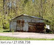 Купить «Старый металлический гараж на территории усадьбы Горенки. Город Балашиха. Московская область», эксклюзивное фото № 27058738, снято 14 мая 2017 г. (c) lana1501 / Фотобанк Лори