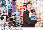 Mature woman with colorful yarn for their hobby. Стоковое фото, фотограф Яков Филимонов / Фотобанк Лори