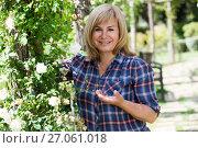 Купить «portrait woman garden», фото № 27061018, снято 17 июня 2016 г. (c) Яков Филимонов / Фотобанк Лори