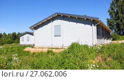 Купить «New wooden houses at the countryside in summer sunny day», видеоролик № 27062006, снято 8 августа 2017 г. (c) FotograFF / Фотобанк Лори
