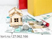 Купить «Российские деньги и  домик. Рублевая ипотека», фото № 27062166, снято 5 октября 2017 г. (c) Наталья Осипова / Фотобанк Лори