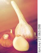 Купить «close up of garlic on wooden table», фото № 27063098, снято 13 октября 2016 г. (c) Syda Productions / Фотобанк Лори