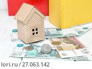 Купить «Российские деньги и домик. Рублевая ипотека», фото № 27063142, снято 5 октября 2017 г. (c) Наталья Осипова / Фотобанк Лори