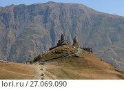 Купить «Гергетская церковь у подножия горы Казбек», фото № 27069090, снято 20 сентября 2017 г. (c) Яна Королёва / Фотобанк Лори