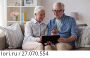 Купить «happy senior couple with tablet pc and credit card», видеоролик № 27070554, снято 20 сентября 2017 г. (c) Syda Productions / Фотобанк Лори