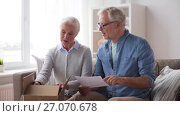 Купить «senior couple with parcel and delivery note», видеоролик № 27070678, снято 20 сентября 2017 г. (c) Syda Productions / Фотобанк Лори