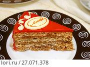 "Кусочек торта ""Москва"" на тарелке (2017 год). Редакционное фото, фотограф Dmitry29 / Фотобанк Лори"