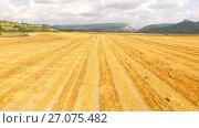 Купить «Quadrocopter quickly flies over the field, below harvesting», видеоролик № 27075482, снято 17 августа 2015 г. (c) Владимир Кравченко / Фотобанк Лори