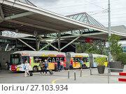 Geneva, Switzerland - JUL 02, 2017: A trolleybus and travellers at Geneve-Airport bus stop. Редакционное фото, фотограф Юлия Кузнецова / Фотобанк Лори