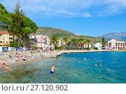 Люди отдыхают на пляже на набережной Тивата, Черногория (2017 год). Редакционное фото, фотограф Ольга Коцюба / Фотобанк Лори