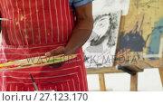 Купить «Mid section of artist holding palette 4k», видеоролик № 27123170, снято 22 апреля 2019 г. (c) Wavebreak Media / Фотобанк Лори