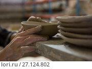 Male potters hand examining a bowl. Стоковое фото, агентство Wavebreak Media / Фотобанк Лори