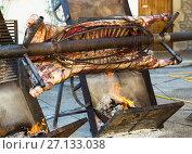 Купить «Сarcass of whole bull roasting on spit», фото № 27133038, снято 17 октября 2018 г. (c) Яков Филимонов / Фотобанк Лори